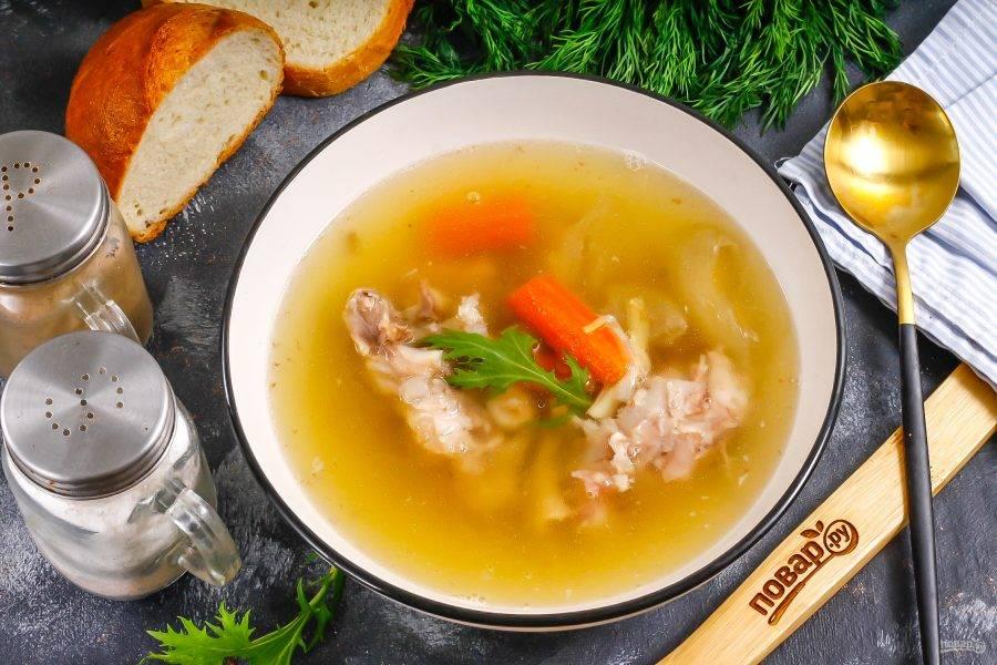 Влейте процеженный бульон и подайте горячий холодец к столу с хлебом или пампушками.