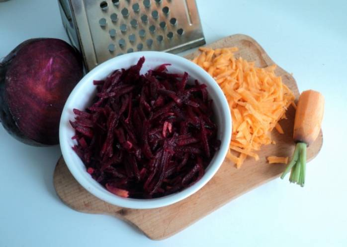 Свеклу с морковью промываем, очищаем от кожуры и натираем на крупной терке.