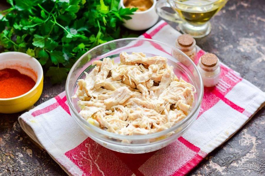 Далее выложите волокнами куриное филе, смажьте майонезом. Посолите и поперчите по вкусу.