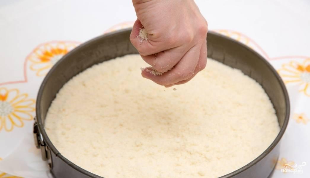 1. Смешаем муку с размягченным маслом, половиной от всего количества сахара, добавим сюда же соду. Должна получиться такая себе влажная крошка. Половину этой крошки выкладываем на дно застеленной пергаментом формы.