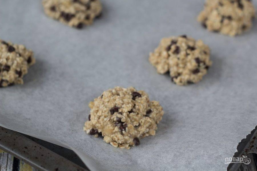 4. Из готовой массы сделайте печенки. Выложите их на противень с пергаментной бумагой.