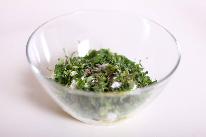 4. Выложить в салатник и добавить пропущенный через пресс чеснок.