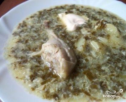 Даем супу настояться минут 10, после чего подаем к столу со сметаной или майонезом, кому как нравится. Можно добавить зелень.