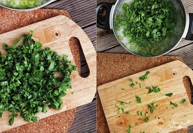 После того как в суп добавили заправку, добавляем нарезанный щавель, семечки, оливковое масло.