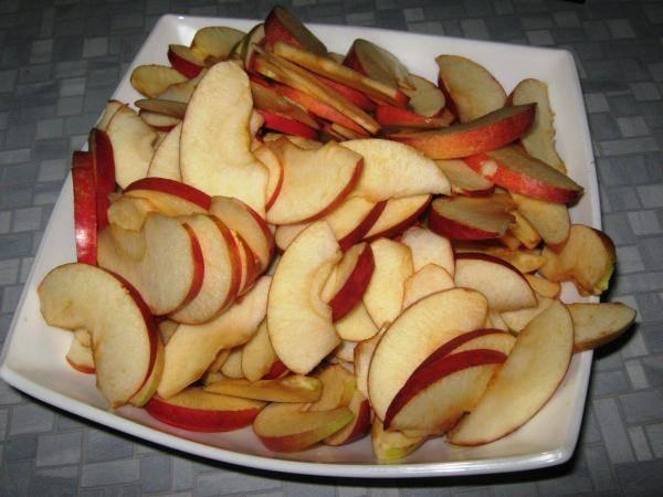 Чтобы яблоки не потемнели, можно сбрызнуть лимонным соком.
