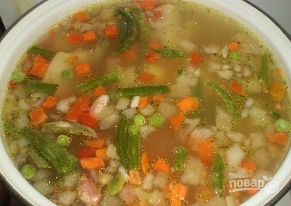 6. Выложите все овощи в кастрюлю. Добавьте специи по вкусу. Варите супчик еще минут 5.