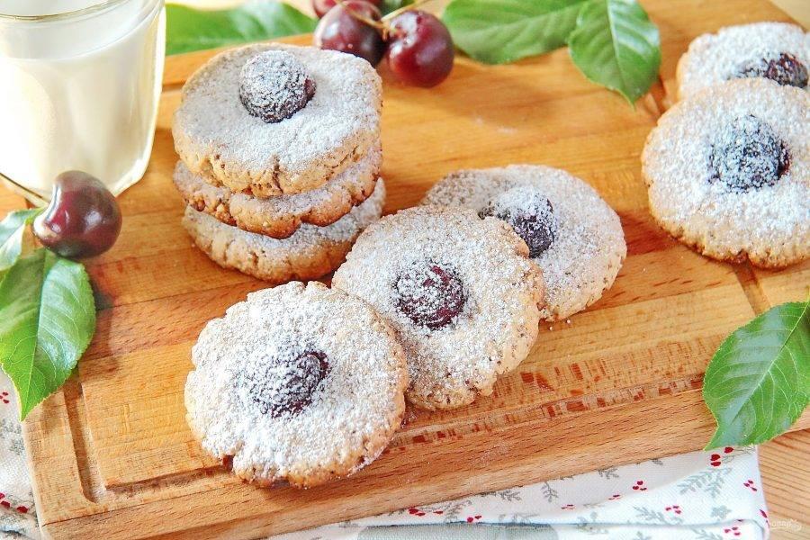 10. Готовое овсяное печенье с орехами и вишней украсьте сахарной пудрой и подайте к столу. Приятного аппетита!