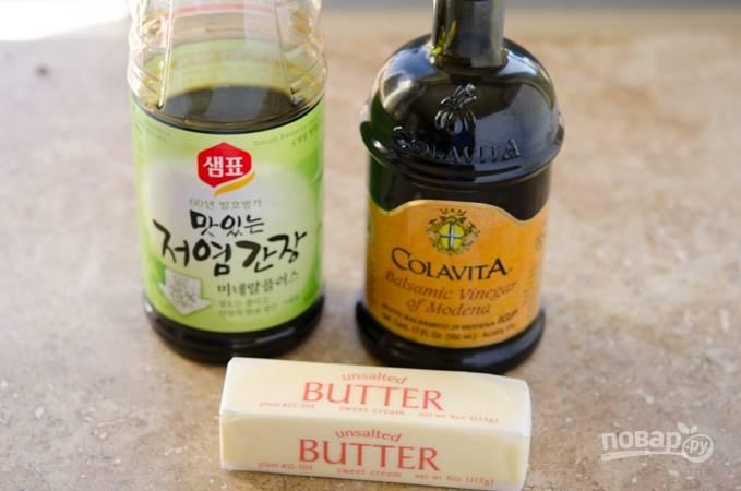 1. Смешайте оливковое масло и соль. Поставьте сотейник с маслом на огонь разогреваться.