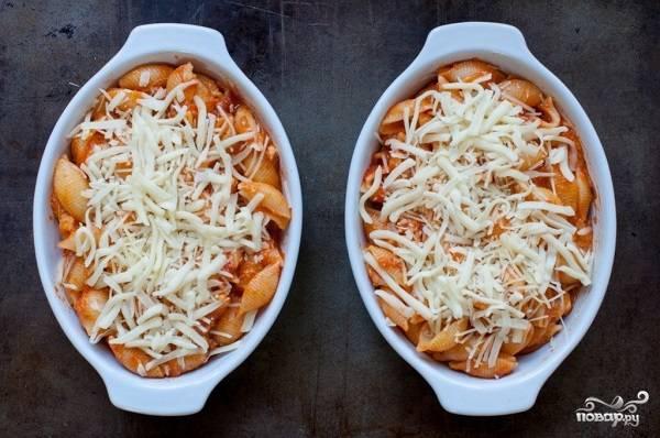 6. Жаропрочную форму смажьте небольшим количеством сливочного или оливкового масла. Выложите макароны, а сверху присыпьте тертым твердым сыром. Отправьте в разогретую духовку примерно на полчаса.