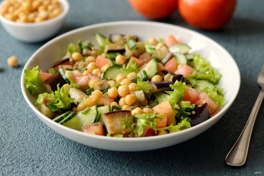 Салат из баклажанов и нута готов, приятного аппетита!