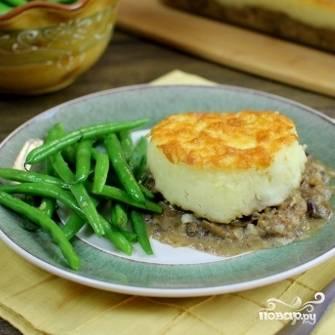 18. Запеканку с фаршем и грибами подавайте порционно с овощами или свежим салатом. Приятного аппетита!