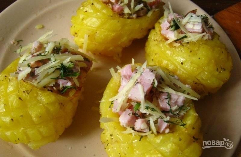 Готовый картофель достаем, раскрываем фольгу и наполняем начинкой. Отправляем все в духовку еще на пару минут, чтобы расплавился сыр.