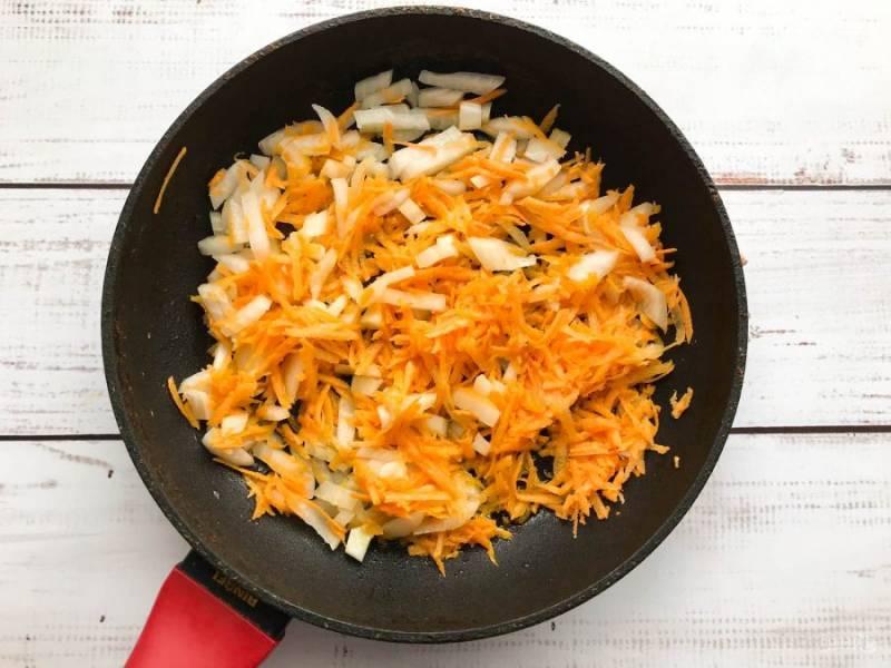 Лук с морковью обжарьте в небольшом количестве растительного масла.