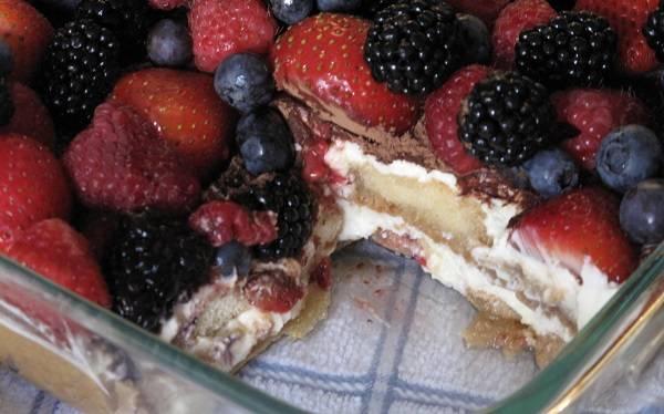 """5. И непосредственно перед подачей добавляем их сверху в довольно большом количестве. Вот такой простой рецепт """"Тирамису"""" с фруктами. Готовый десерт нарезать порционными кусочками и подавать к столу."""