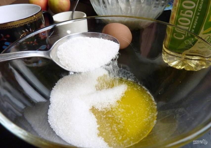 3.Тем временем в отдельную миску добавляю 30 грамм растопленного сливочного масла, 4 столовые ложки сахара.
