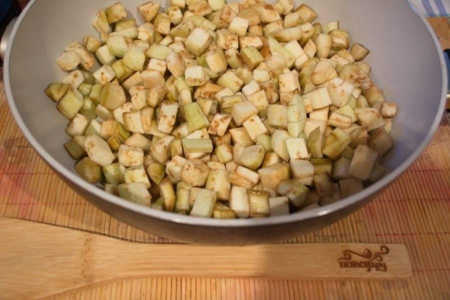 На отдельной сковороде обжарьте баклажаны на растительном масле. Тушите почти до готовности. Добавьте по вкусу соль, сахар, молотого черного перца.