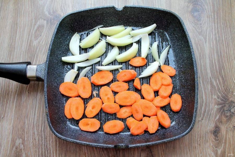 Морковь почистите и порежьте кружочками. Выложите на другую сторону сковороды.