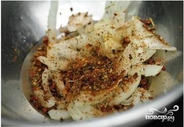 Затем лук перекладываем в глубокую чащу и добавляем любимые пряные приправы.