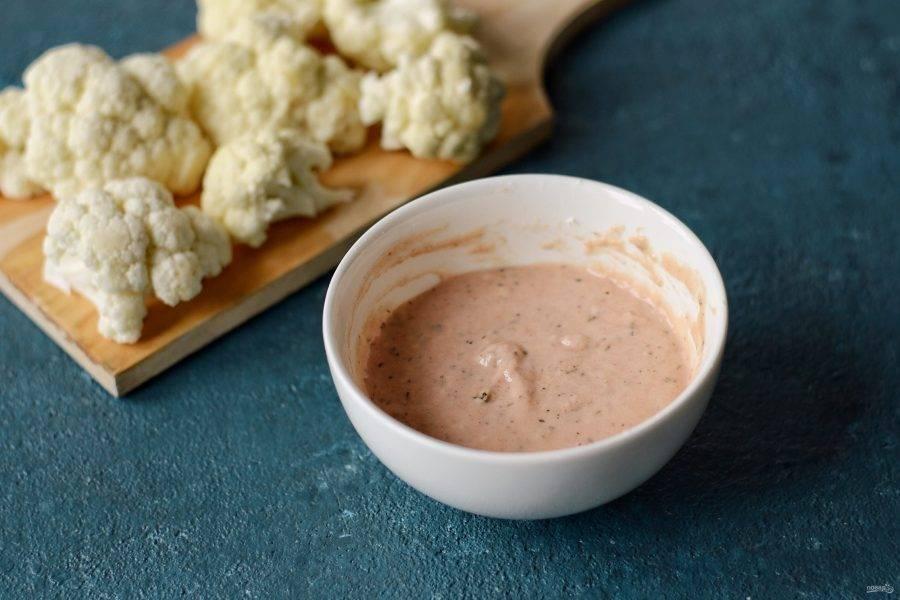 Для кляра смешайте муку с водой и кетчупом #Махеевъ. Добавьте специи и соль.
