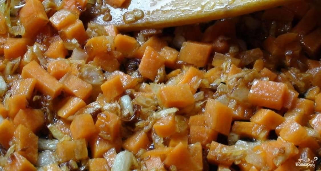 Морковь почистите и помойте. Нарежьте её кубиками. Затем добавьте морковь к луку. Обжарьте овощи вместе в течение 2 минут, помешивая.