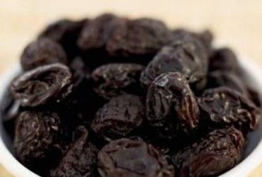 2. За это время как раз успеете замочить чернослив в горячей воде и очистить и нарезать картофель.
