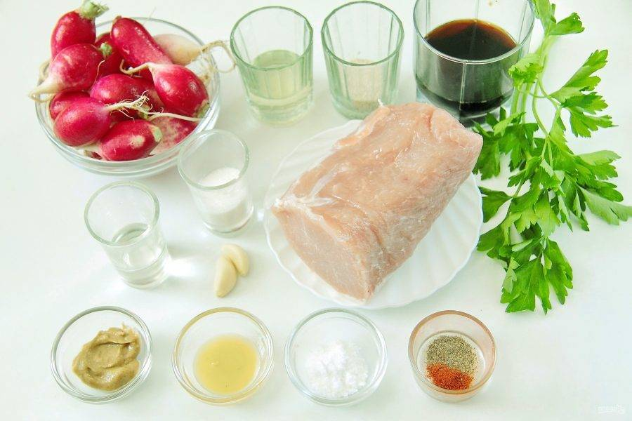 1. Подготовьте все необходимые ингредиенты. Мясо заранее разморозьте при комнатной температуре. Редис промойте и обсушите.
