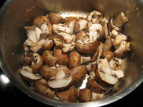 5. Вымыть и нарезать грибы. В небольшом количестве оливкового масла обжарить грибы минут 5.