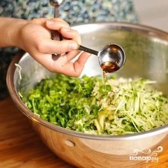 12. Влейте в салат уксус. Уксус можно использовать любой, на свой вкус.