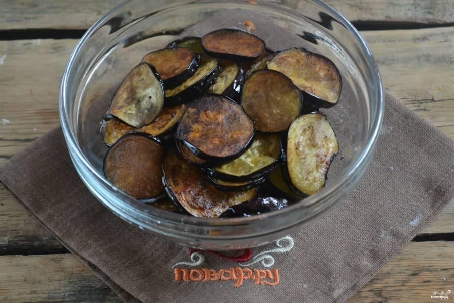 На сковороду налейте растительного масла и разогрейте его. Кружки баклажанов обжарьте в  масле до золотистого цвета с обеих сторон. Жарьте на среднем огне.