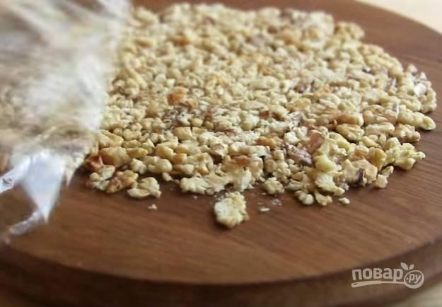 6. Скалкой подробите грецкий орех и добавьте в тесто.