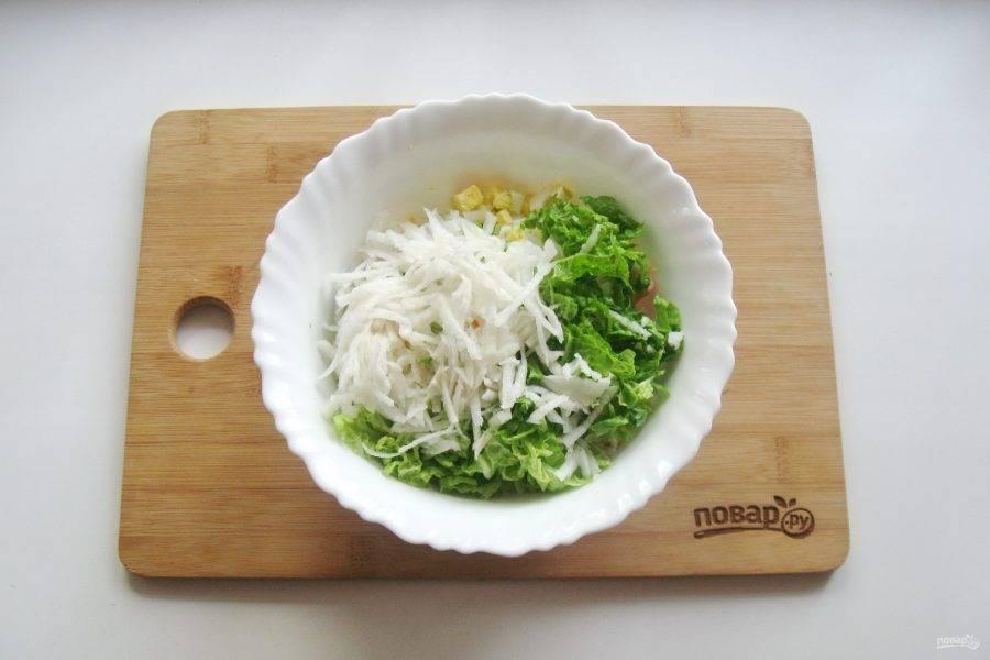Дайкон помойте, очистите, натрите на терке и выложите в салат.