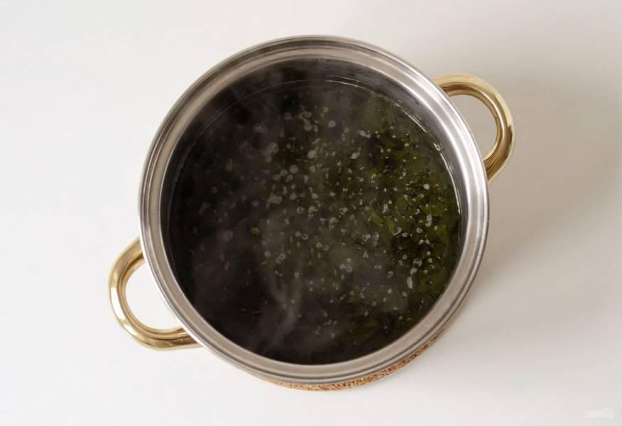 Добавьте водоросли вакаме. На медленном огне оставьте их набухать на 3 минуты.