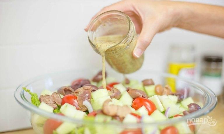 6.Перец вымойте и нарежьте тонкими полукольцами, томаты разрежьте на 2 части. Выложите все овощи в тарелку, заправьте соусом и перемешайте.