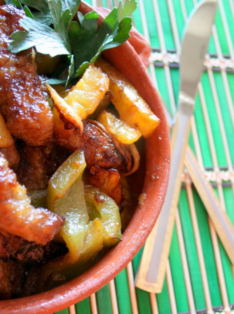 Если вы взяли консервированный сладкий ананас, советую в конце добавить столовую ложку лимонного сока в блюдо.  Подавать можете с овощами, зеленью или рисом.
