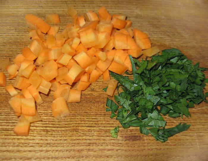 Морковь помойте и порежьте кубиками. Сельдерей порубите.