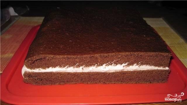 13. А можно разрезать корж пополам и промазать любимым кремом.  В любом случае получится очень вкусно. Надеюсь, что этот простой вариант, как приготовить торт на кипятке, придется вам по вкусу.