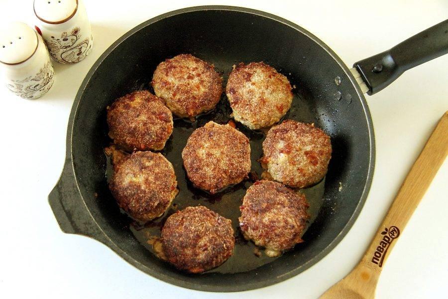 Обжарьте на сковороде с двух сторон до готовности.
