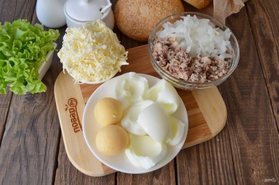 Сырок натрите на терке (лучше мелкой), яйца разделите на желтки и белки. Разомните вилочкой консерву. Лук порежьте мелко, чуточку посолите и через пять минут добавьте к рыбе, перемешайте.