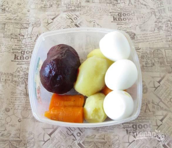 Свеклу, картофель, яйца и морковь отварите до готовности. Всё варится по отдельности, потому что время приготовления разное. Вареные овощи и яйца охладите и почистите.