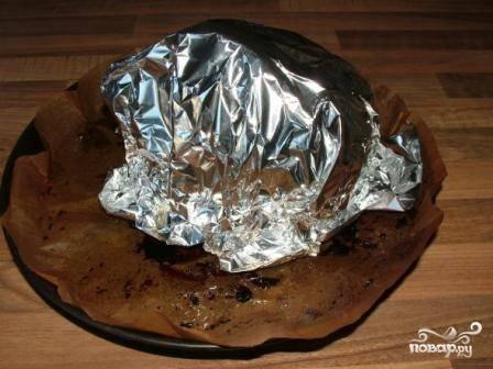 Затем накрываем мясо фольгой, уменьшаем температуру в духовке до 160 градусов и продолжаем запекать мясо часа 2.