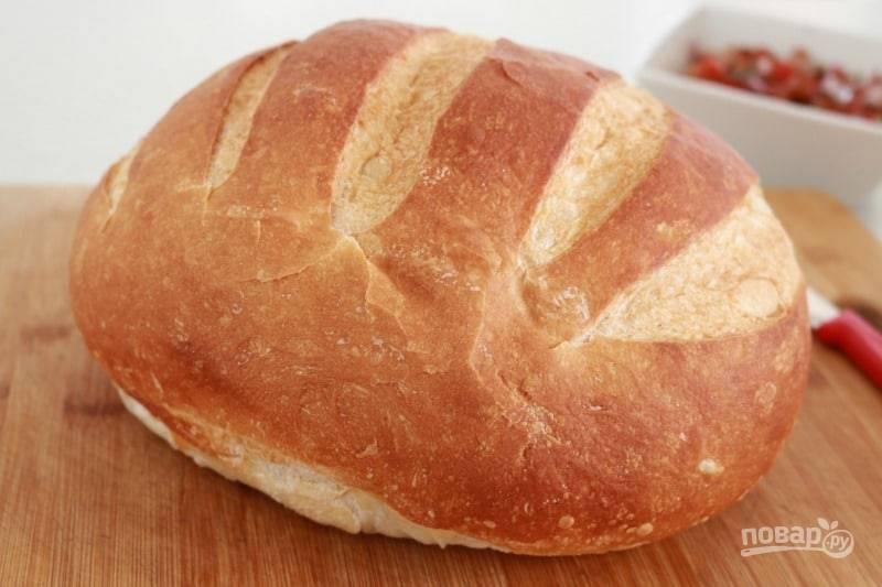 Батон нарежьте кусочками толщиной около 2 см. Теперь кусочки хлеба надо поджарить до золотистой корочки на сковороде или гриле без масла.