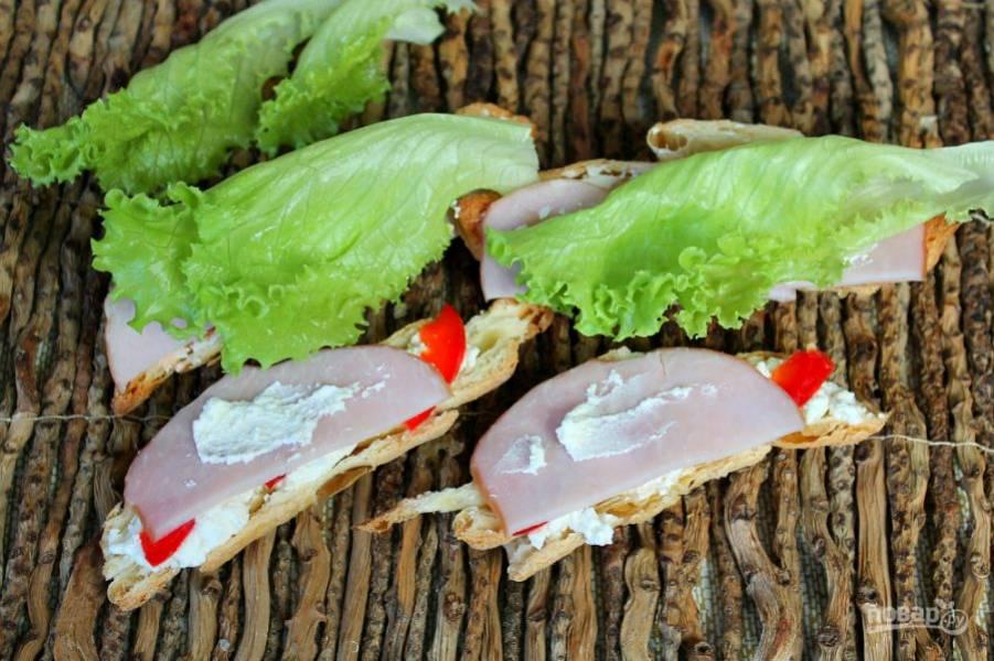 Добавляем еще немного рикотты и листья салата. 2 части круассана соединяем.