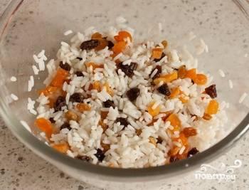 Рис отварите в подсоленной воде до полуготовности. Сухофрукты залейте кипятком, дайте им постоять минут 5. Далее смешайте рис с сухофруктами.