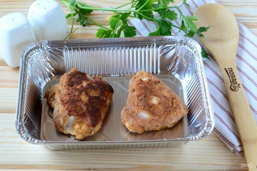 Теперь выложите грудки на небольшую форму для выпекания и отправьте в духовку на 15 минут (температура — 180 градусов).