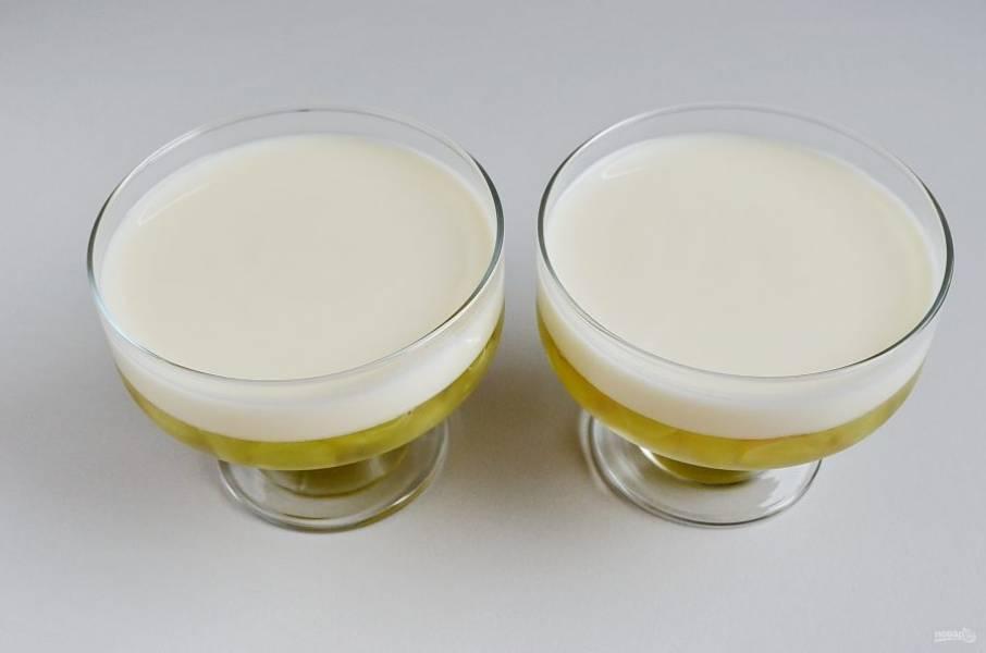 Залейте застывшее желе залейте йогуртом: будьте осторожны, чтобы не повредить застывший виноградный слой. Я наливала йогурт столовой ложкой, не спеша. Отправьте в холодильник десерт еще на 1 час.