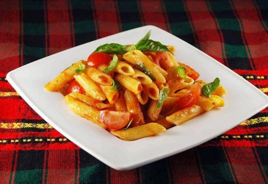 6. Листочки базилика придадут еще большей эстетичности. Подается это блюдо порционно, а соус — вместе с макаронами.
