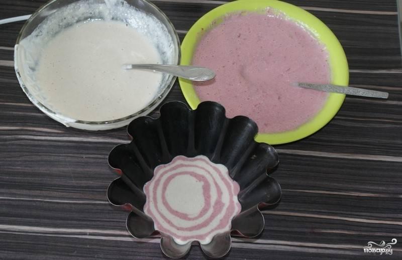 """7. Берем любую форму для запекания или обычную форму (стекло, керамику и т.п.), понемногу выливаем в нее сначала банановую массу, а сверху — вишневую (по типу торта """"Зебра"""")."""