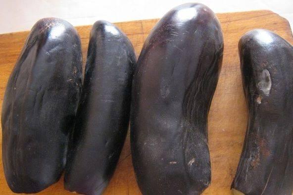 Для начала мы промываем баклажаны и отрезаем у них плодоножку.
