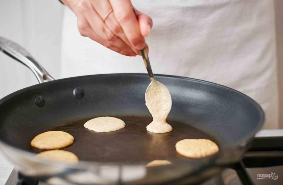 3. Нагрейте сковороду с небольшим количеством растительного масла. С помощью чайной ложки сделайте небольшие круглые блинчики из теста и обжарьте по минуте с каждой стороны.