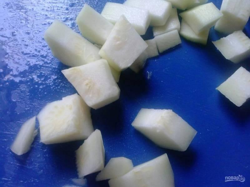 3. Затем отправьте в мясорубку нарезанный и очищенный от кожицы кабачок (можно цуккини).